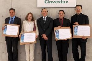 De izquierda a derecha: David José Fernández Cabrera, René Asomoza Palacio, Ana María Ojeda Salazar, Alonso Contreras Astorga y Enrique Ibarra Laclette sosteniendo un paquete con reconocimiento.