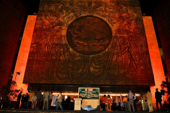 Fachada del palacio legislativo de San Lazaro iluminada de color naranja