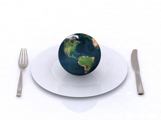 Mundo en un plato con tenedor y cuchillo al lado en fondo blanco