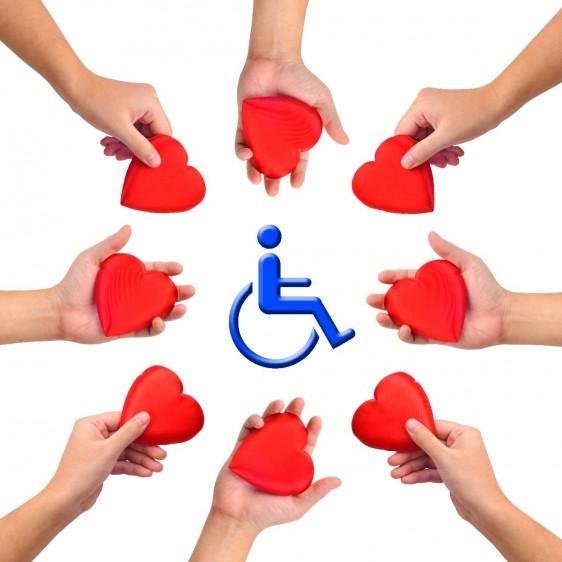 Manos con corazón alrededor de una ilustración de persona en silla de ruedas