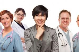 mujer joven con médicos y enfermeras detrás