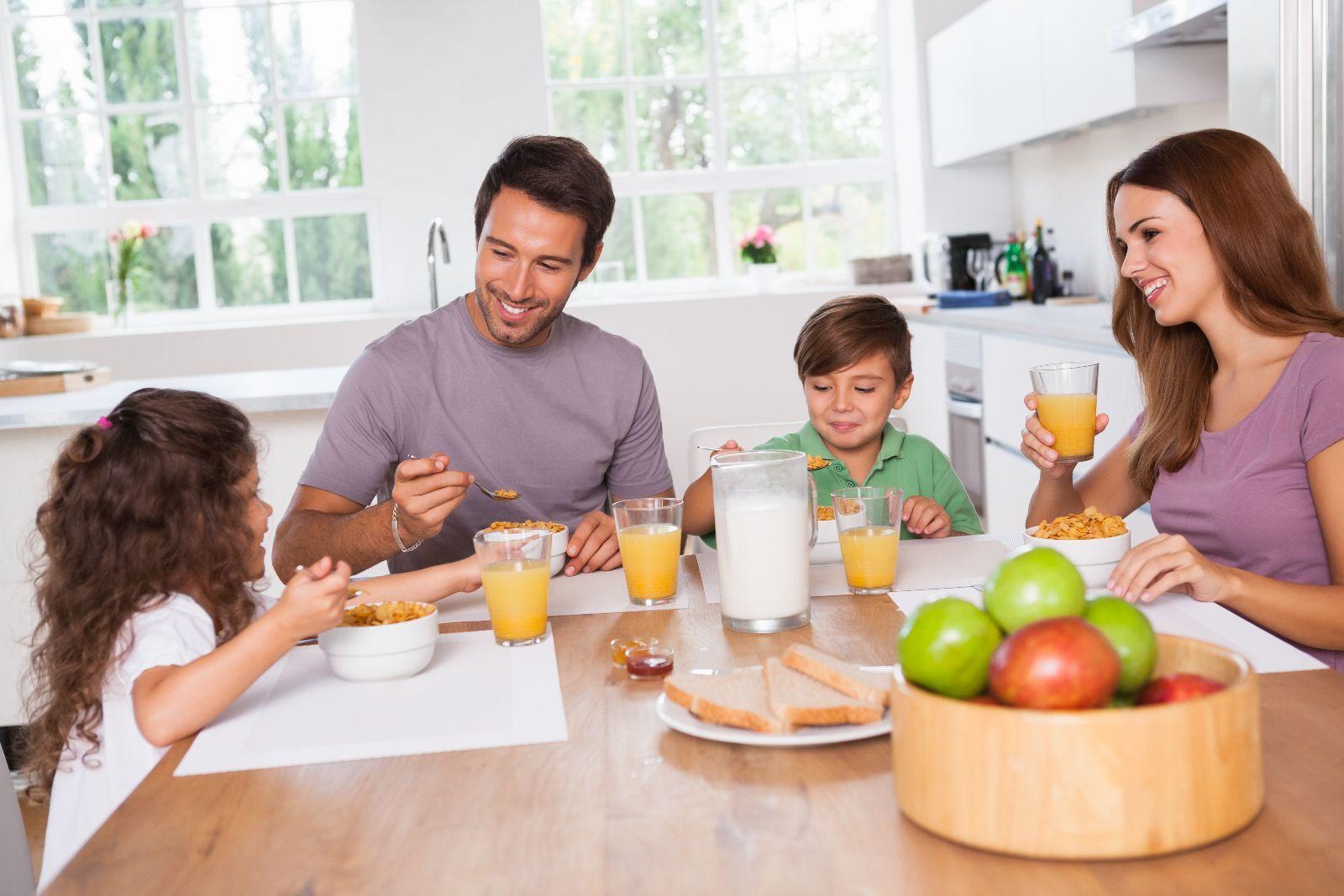 Familia desayunando en la cocina