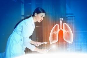 Doctora obesevando holograma 3D de un pulmón