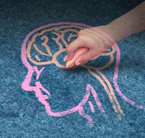 Mano de niño dibujando un cerebro