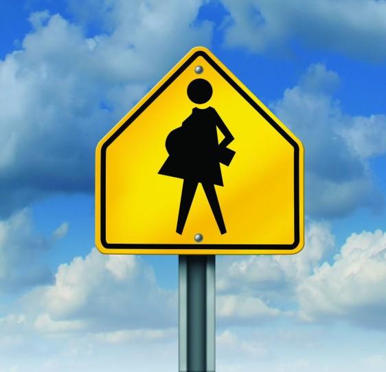Ilustració de embarazo en la adolescencia, letrero amarillo de transito con mujer embarazada