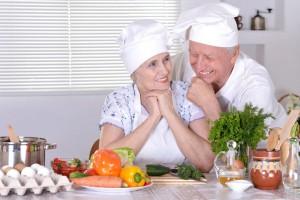 Afiltos mayores preparando alimentos