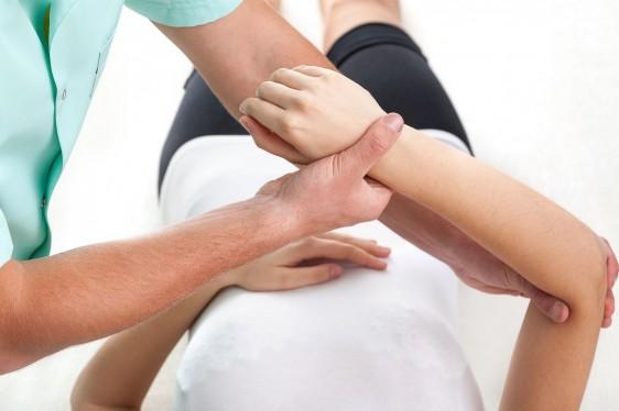 Médico revisando el brazo de una mujer