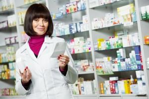 mujer atenfiendo farmacia con receta en la mano