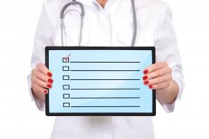 Médico sosteniendo soporte de hojas con una lista para llenar