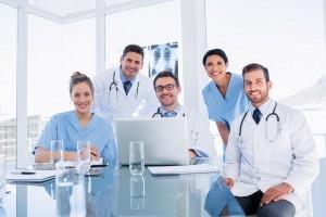 Equipo de médicos que se encuentran felices