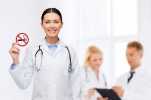 Doctora mostrando letrero de no fumar