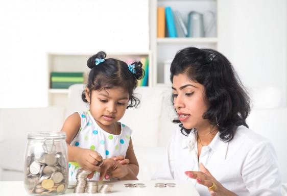Mujer acompañada de niña contando dinero