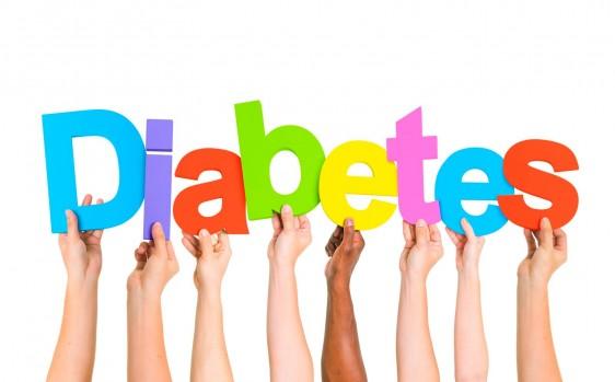 """Manos sosteniendo letras de la palabra """"diabetes"""""""
