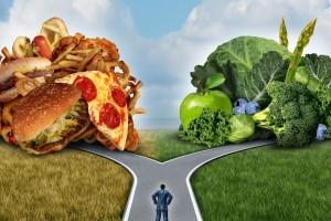 Ilustración de un camino que se divide hacia la izquierda a comida chatarra y a la derecha frutas y verduras