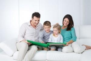Familia leyendo en una sala