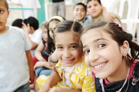 Grupo de niños sonriendo en un patio