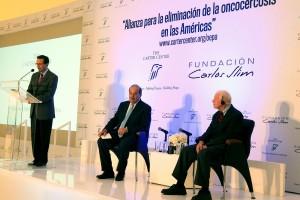 Una persona en el podium al lado de Jimmy Carter y Carlos Slim Helú