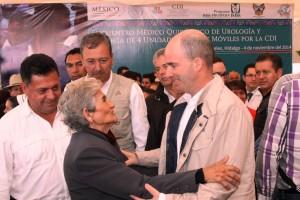 José Antonio González Anaya saludando a una persona que asistió al evento