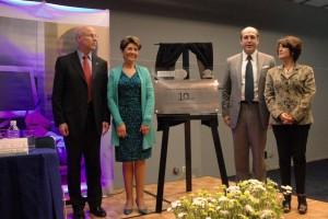 Pablo Kuri, Mercedes Juan y dos personas al lado de la placa conmemorativa de 10 años del Foro Nacional de Tecnologías para la Salud