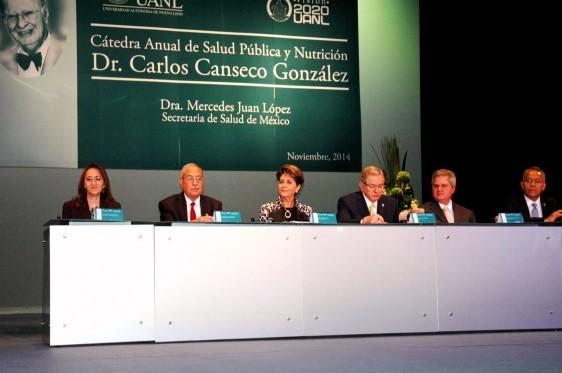 Funcionarios del sector salud y de la Univesdidad de Nuevo León sentados