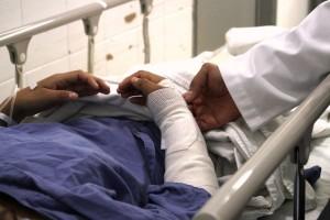 Acercamiento al brazo de una paciente siendo revisado por un médico