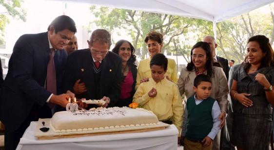 Jesús Kumate Rodriguez corta un pastel