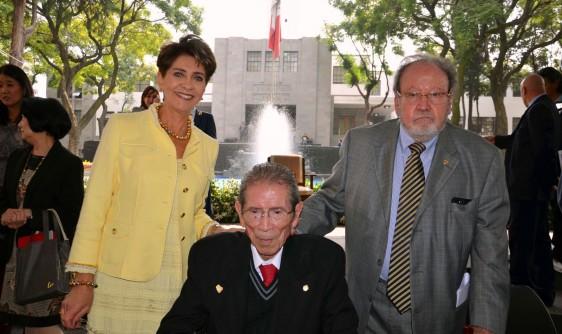 Mercedes Juan de pie Jesús Kumate sentado