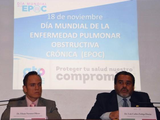 A la izquierda Efraín Navarro Olivos y a la derecha Luis Carlos Zúñiga Durán atras una proyección  Día Mundial EPOC 18 de noviembre