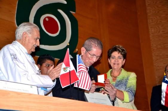 Jesús Kumate recibe medalla de manos de Mercedes Juan