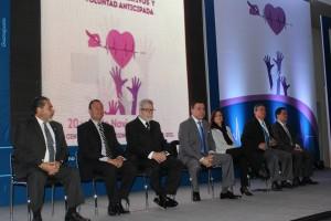 Grupo de fincionarios y médicos sentados