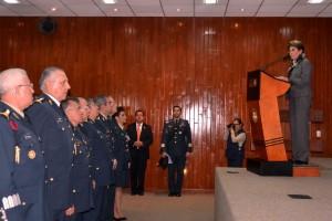 Mercedes Juan en podium en foro con militares