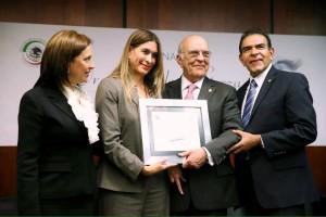 Jaime de la Garza recibieno reconocimiento de mano de los senadores