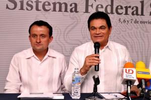 A la izquierda Mikel Arriola Peñalosa a la derecha Mario López Valdez