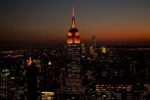 Anochecer con el Empire State iluminado de color naranja