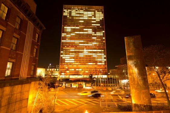 Edificio de las Naciones Unidas en Nueva York iluminado de color naranja