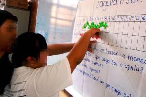 Niños con capacidades diferentes trabajando en un salón de clase