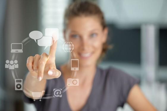 iconos de un menú en una pantalla al fondo una mujer desenfocada