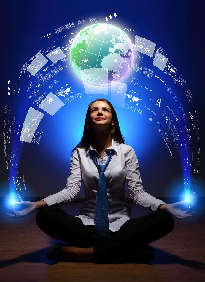 Mujer ejecutiva sontiendo y sentada en posición de flor de loto con ilustaración del mundo arriba de ella