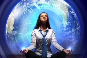 Nujer sentada en flor de loto meditando rodeada de un alo azul y el mundo