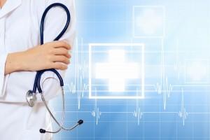 Acercamiento a enfermera con estetoscopio con ilustración azul de signos de cuidados de la salud