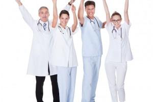 Médicos con los brazos hacia arriba