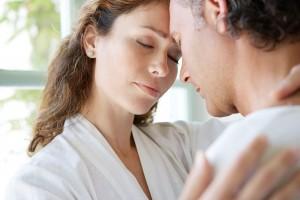 Acercamieno de una mujer abrazando a un hombre