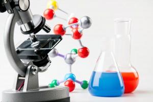 Microscopio con ilustraciones de molécula y envases de quimicos