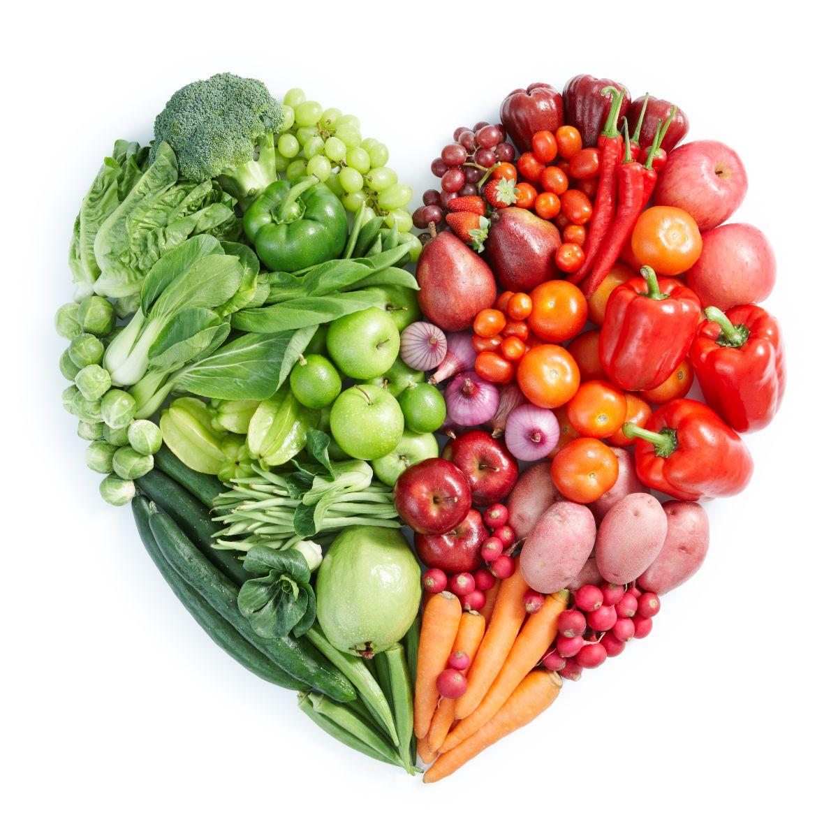 Frutas y verduras en forma de corazón, las verdes en la izquierda, rojas en la derecha
