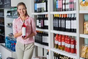 Mujer muestra una botella de vino