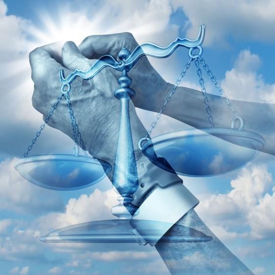 Ilustración de manos de paciente al cielo y una balanza representando justicia y medicina