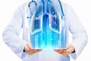 Médico con Ilustración de una pantalla que proyecta un holograma de pulmones
