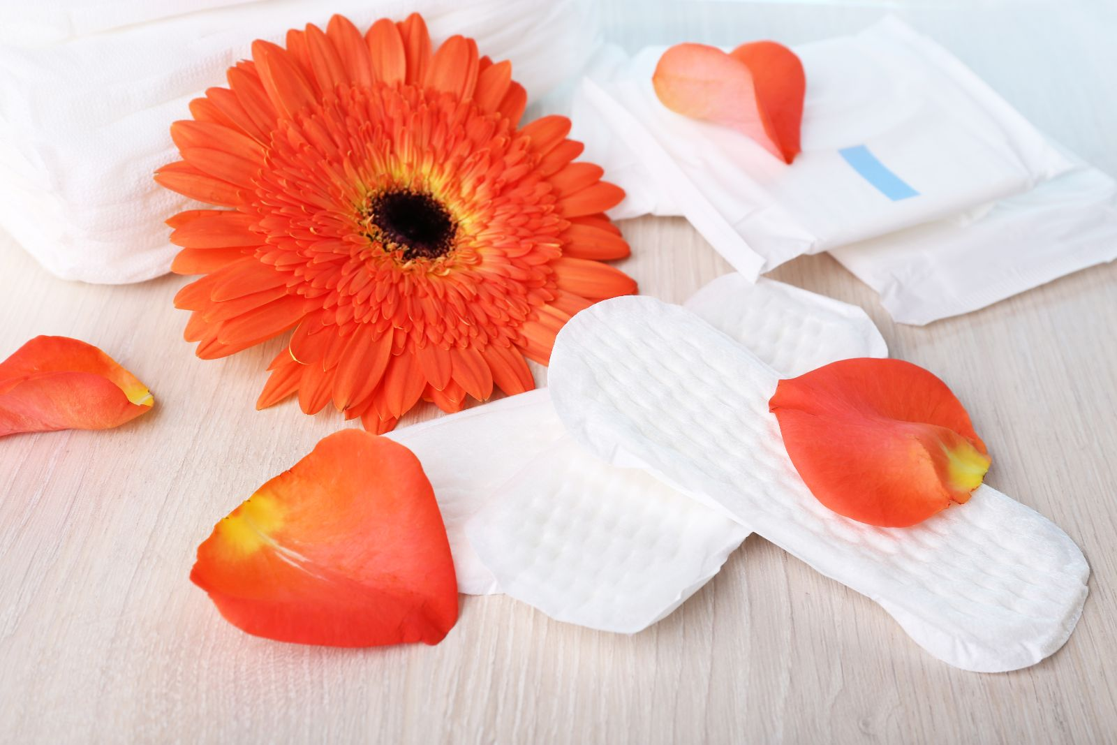 Flores con toallas sanitarias en una mesa de madera