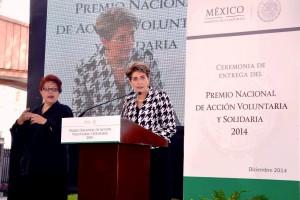 Mercedes Juan al lado de una interprete de lenguaje mudo