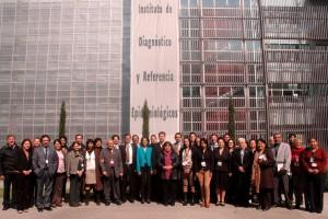 Representantes de los Laboratorios Nacionales de Referencia de la Región de las Américas de pie en la fachada del Instituto de Diagnóstico y Referencia Epidemiológicos